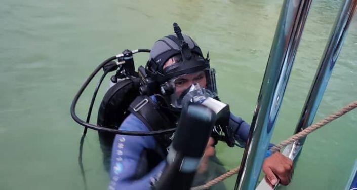 Сотрудники Центра подготовки водолазов и проведения подводно-технических работ при МЧС КР, участвуют в тренинге в качестве тренеров-экспертов для проведения занятий с водолазами-спасателями МЧС Республики Казахстан
