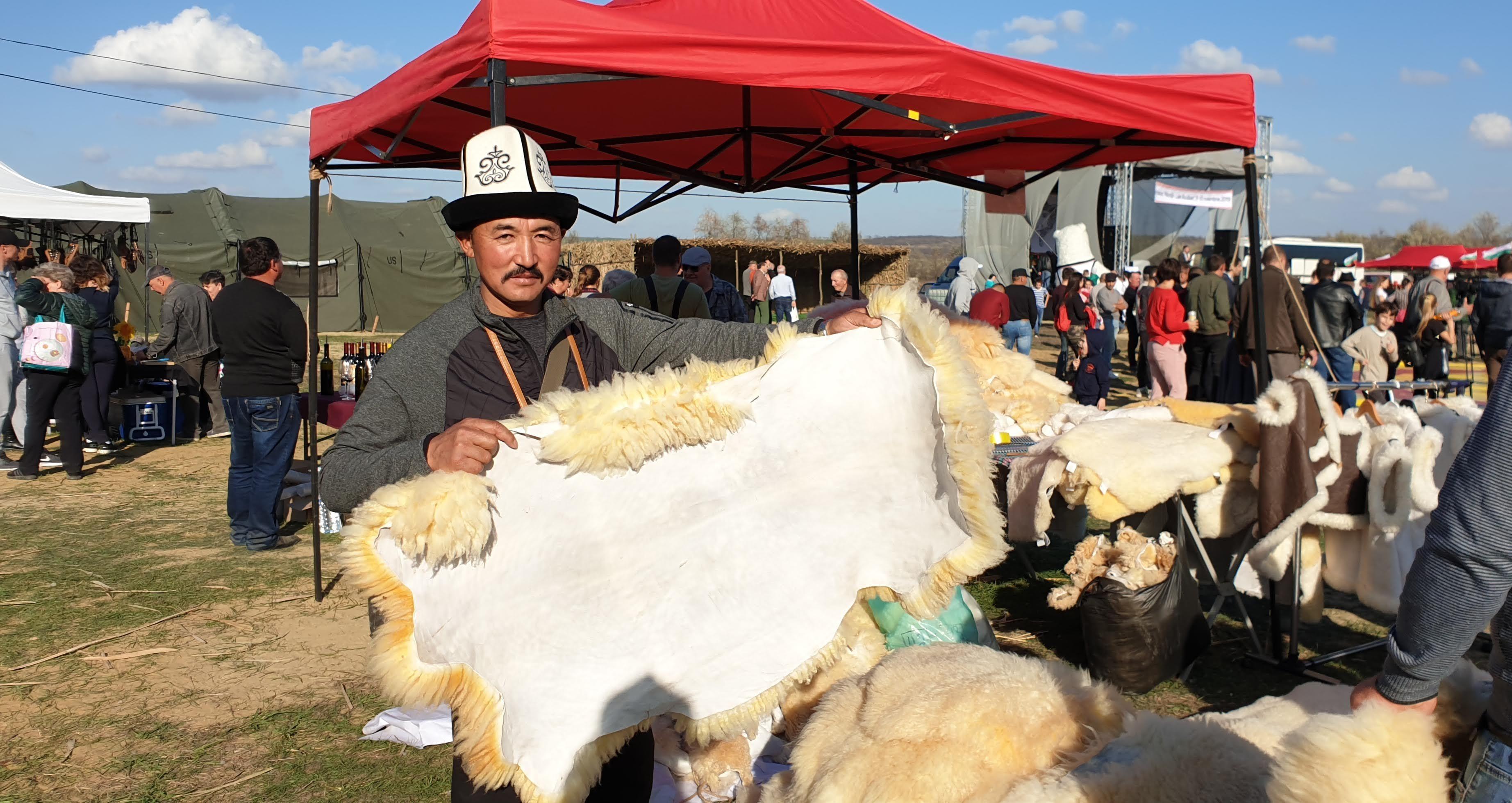 Животновод из Тонского района Иссык-Кульской области Баатырбек Акматов на выставке