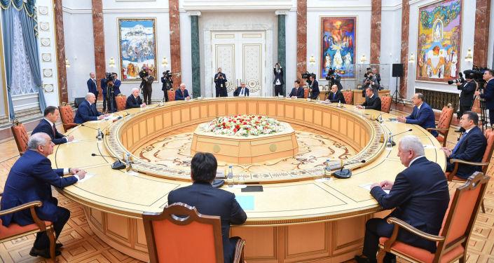 Председатель Кабинета Министров Кыргызстана Улукбек Марипов вместе с другими главами правительств стран СНГ встретился в Минске с президентом Беларуси Александром Лукашенко