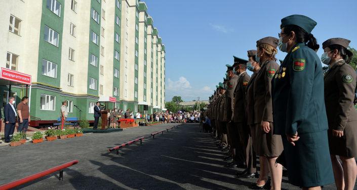 Военнослужащие Министерства обороны и Пограничной службы ГКНБ на церемонии вручения квартир в Оше. 28 мая 2021 года