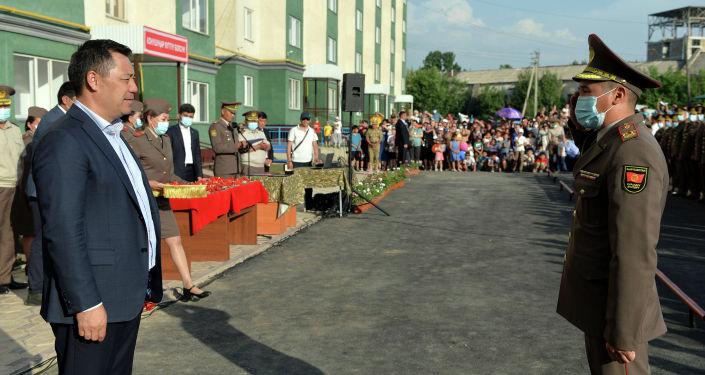Президент Садыр Жапаров в Оше принял участие в церемонии вручения квартир военнослужащим Министерства обороны и Пограничной службы ГКНБ. 28 мая 2021 года