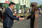 Президент Садыр Жапаров во время церемонии вручения квартир военнослужащим Министерства обороны и Пограничной службы ГКНБ