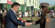 Президент Садыр Жапаров аскер кызматчыларына батирлердин ачкычтарын тапшыруу учурунда