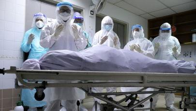 Члены семьи жертвы коронавирусной болезни (COVID-19) молятся в морге больницы перед похоронами. Архивное фото