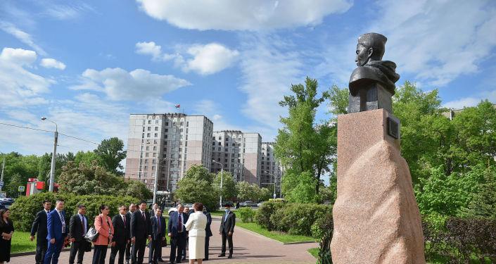 Улукбек Марипов возложил цветы к памятнику участника Великой Отечественной войны 1941-1945 годов, Героя Советского союза Жумаша Асаналиева в Минске