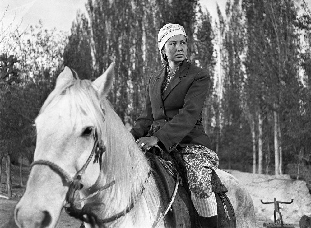 Башкы каарман Уркуянын ролун аткарган чырайлуу актриса Таттыбүбү Турсунбаева