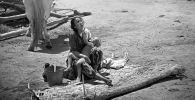 Актриса Таттыбубу Турсунбаева с маленьким сыном Канатом во время съемок советского фильма Поклонись огню (Уркуя) снятый на киностудии Киргизфильм режиссером Толомушем Океевым. 1971 год