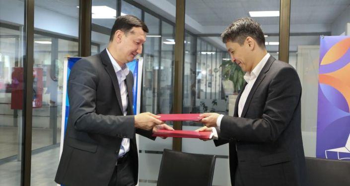 Глава КТРК Бактияр Алиев и директор компании Акнет Нурбек Абасканов во время подписания договора на трансляцию Олимпийских игр в Токио