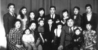 КРдин эл артисти, киноактёр Орозбек Кутманалиевдин байбичеси жана уул-кыздары менен түшкөн сүрөт 1985-жылы 8-мартта Фрунзе (азыркы Бишкек) шаарында тартылган