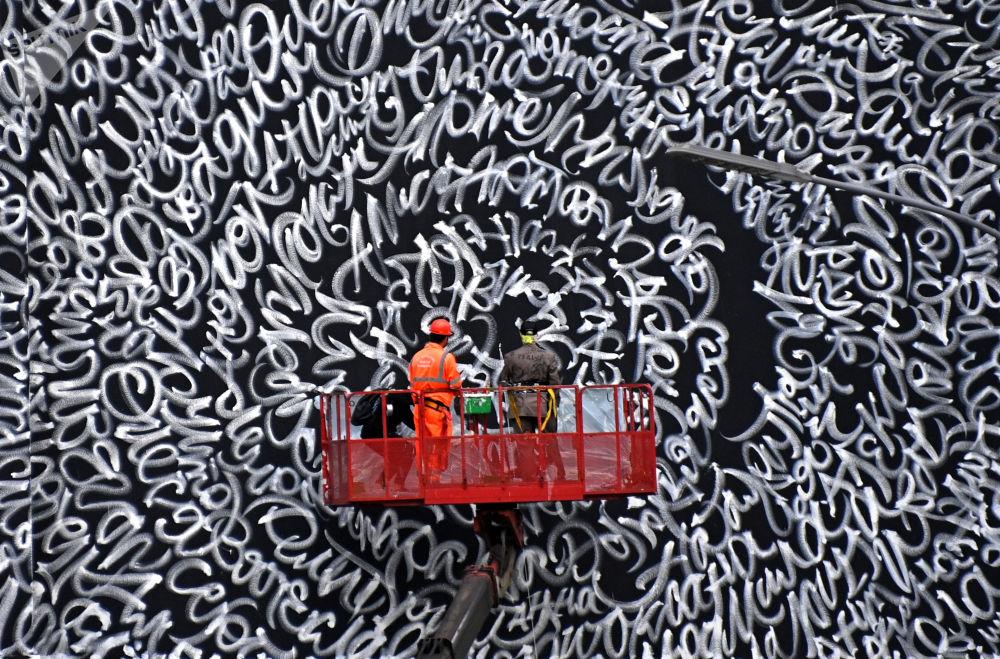Граффити на здании улицы Большая Якиманка в столице России. Художник Покрас Лампас на здании в центре Москвы нарисовал граффити в память о пропавших детях.