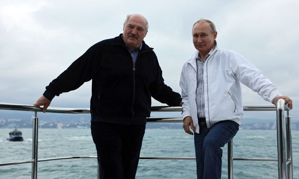 Президент РФ Владимир Путин и глава Белоруссии Александр Лукашенко во время морской прогулки на корабле, после двухдневных переговоров.