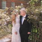 Премьер-министр Великобритании Борис Джонсон и его невеста Кэрри Саймондс после церемонии бракосочетания в саду на Даунинг-стрит в Лондоне. 29 мая 2021 года