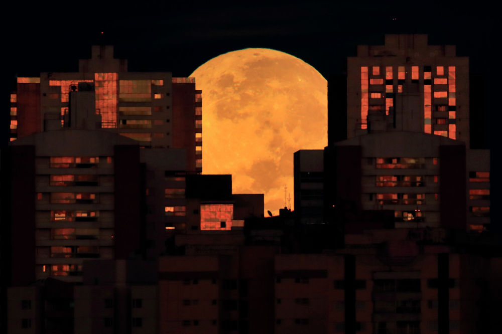 Начало лунного затмения в Бразилиа, Бразилия. 26 мая 2021 года