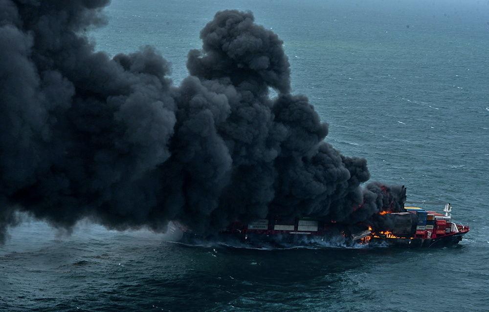 Контейнеровоз MV X-Press Pearl горит у гавани Коломбо в Шри-Ланке. 25 мая 2021 года