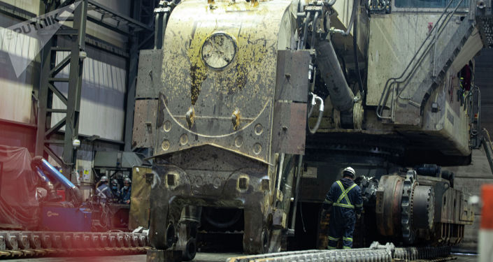 Сотрудники во время работы на территории золотодобывающего завода на руднике Кумтор Голд Компани в Иссык-Кульской области. 28 мая 2021 года