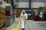 Сотрудник во время работы на территории золотодобывающего завода на руднике Кумтор Голд Компани
