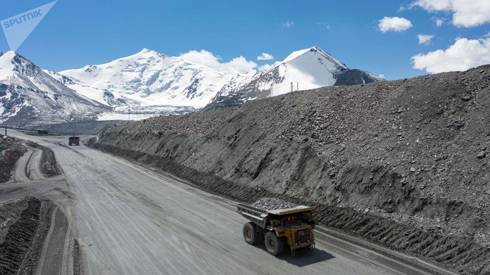 План боюнча кенде күнүнө 585 миң тонна топурак казылат, анын ичинен 18 миң тоннага чукулу алтын кошулмасы бар руда