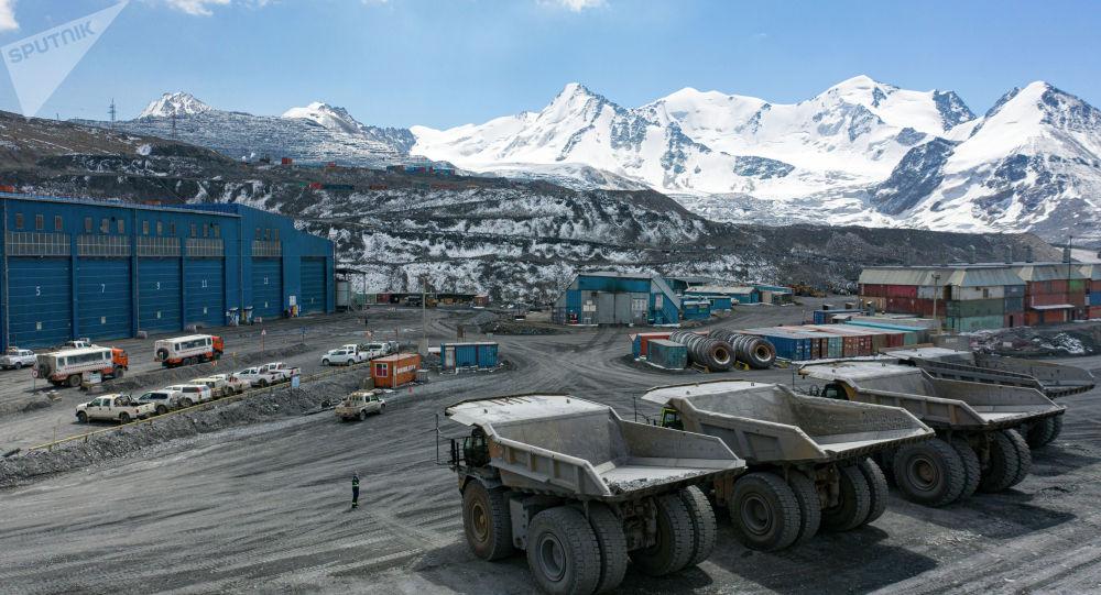 Вид на карьер на месторождении Кумтор, где компания Kumtor Gold Company добывает золотую руду