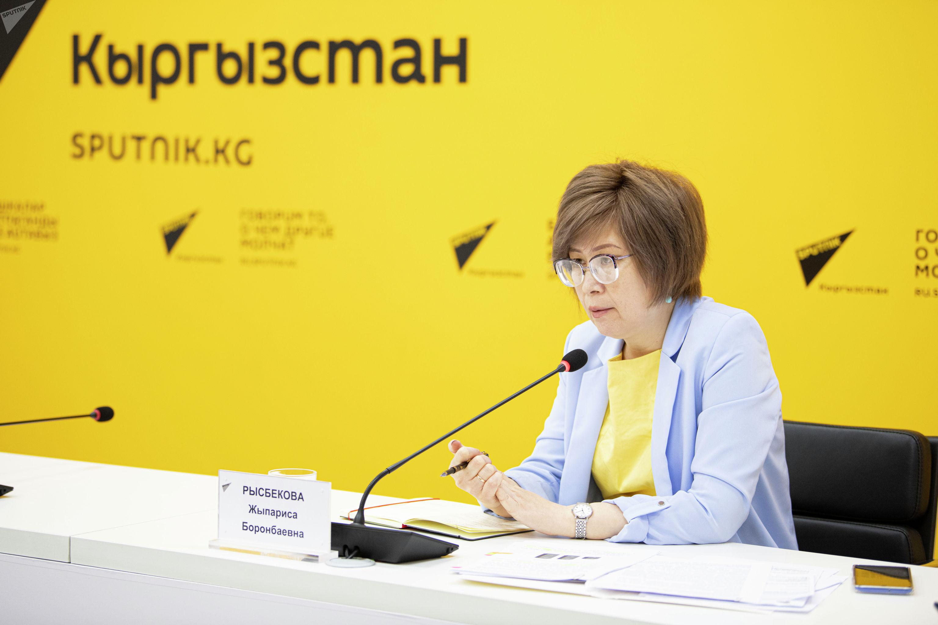 Уполномоченная по правам ребенка Жыпариса Рысбекова во время брифинга в мультимедийном пресс-центре Sputnik Кыргызстан