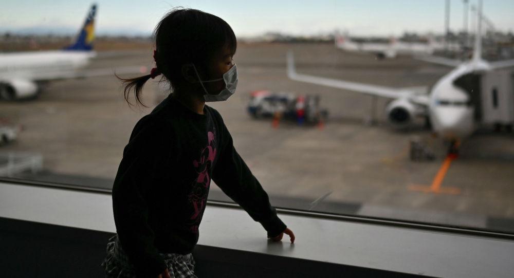 Ребенок в медицинской маске в аэропорту. Архивное фото
