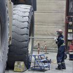 Кумтөрдө Caterpillar үлгүсүндөгү самосвалдар иштейт, булардын кичирээги 130, чоңу 180 тоннага чейин жүк көтөрөт