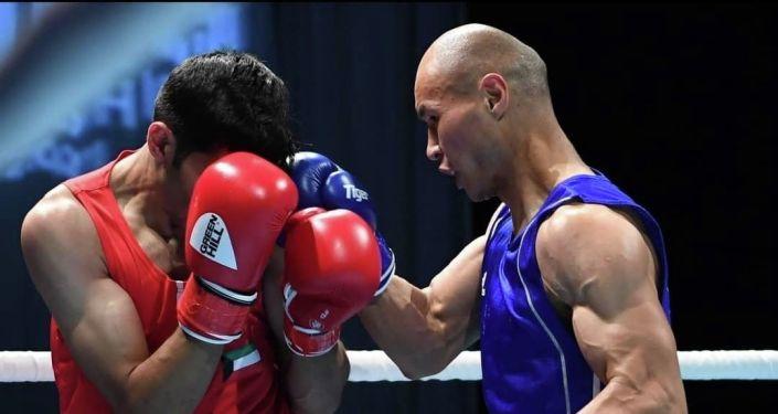Кыргызстанский боксер Эркин Адылбек уулу во время боя на Чемпионате Азии по боксу в ОАЭ