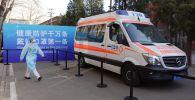 Автомобиль скорой помощи возле центра вакцинации в Пекине. Архивное фото