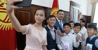 Президент Садыр Жапаров аз камсыз болгон үй-бүлөлөрдүн балдары менен жолугушу