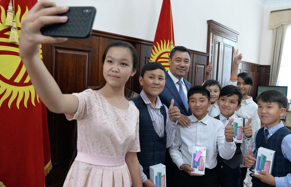 Президент Садыр Жапаров эл аралык балдарды коргоо күнүнө карата аз камсыз болгон үй-бүлөлөрдүн балдарын кабыл алды