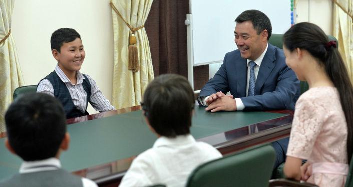 Президент КР Садыр Жапаров в международный день защиты детей встретился с детьми из малообеспеченных семей. 01 июня 2021 года