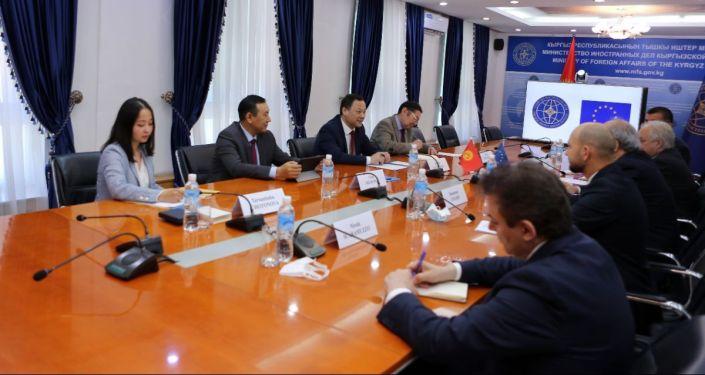 Встреча министра иностранных дел КР Руслана Казакбаева с специальным представителем Европейского Союза в странах Центральной Азии, послом Петером Бурианом по случаю завершения его миссии