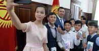 После беседы глава государства вручил детям памятные подарки, а также провел для них экскурсию по своему рабочему кабинету.