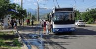 Троллейбус с пассажирами в Бишкеке во время забастовки водителей маршруток. Архивное фото