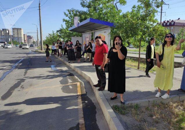 Люди на остановке в Бишкеке во время забастовки водителей маршруток