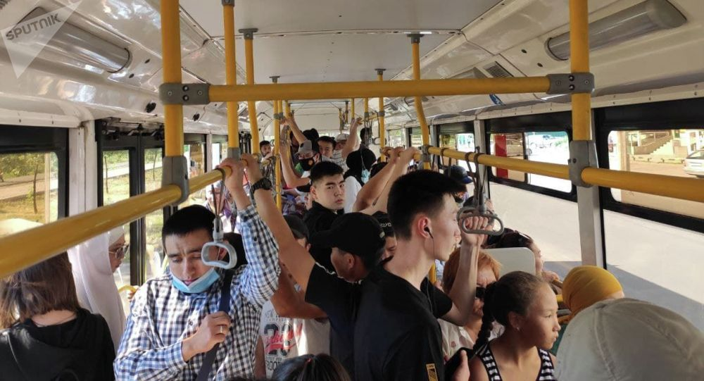 Троллейбус с пассажирами в Бишкеке во время забастовки водителей маршруток