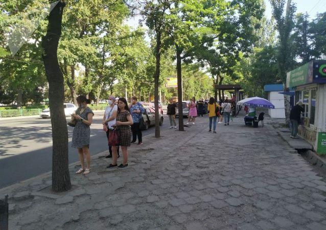 Люди на остановке во время забастовки водителей маршруток в Бишкеке