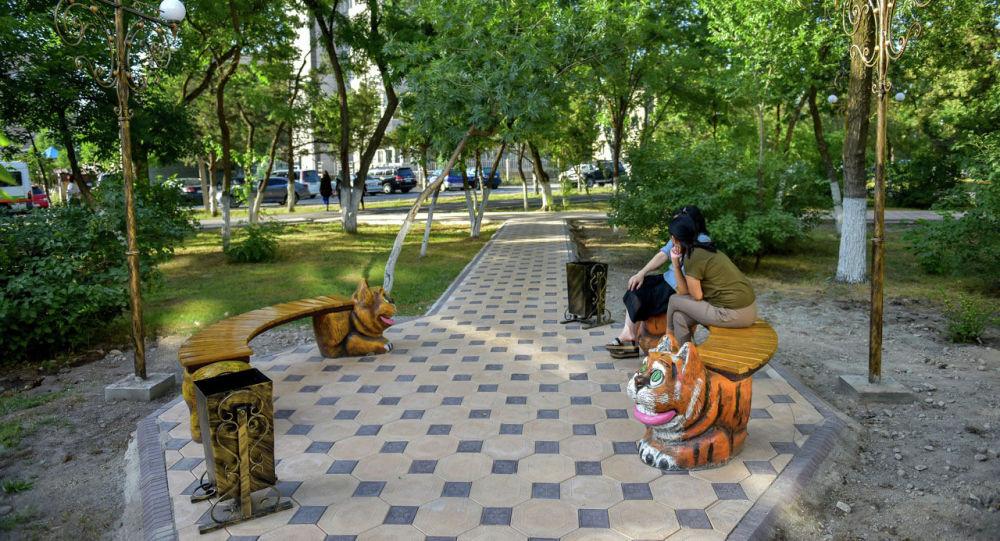 Горожане в сквере в Бишкеке. Архивное фото
