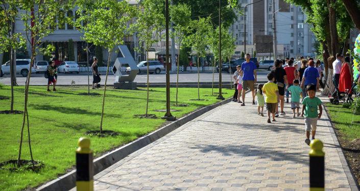 Горожане на открытии нового сквера в Бишкеке на пересечении улиц Сухэ-Батора и Юнусалиева в 6-м микрорайоне