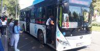 Бишкектеги автобуска отурган жүргүнчүлөр. Архивдик сүрөт