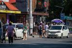 Заполненная людьми остановка в Бишкеке после того, как водители маршрутного такси устроили забастовку