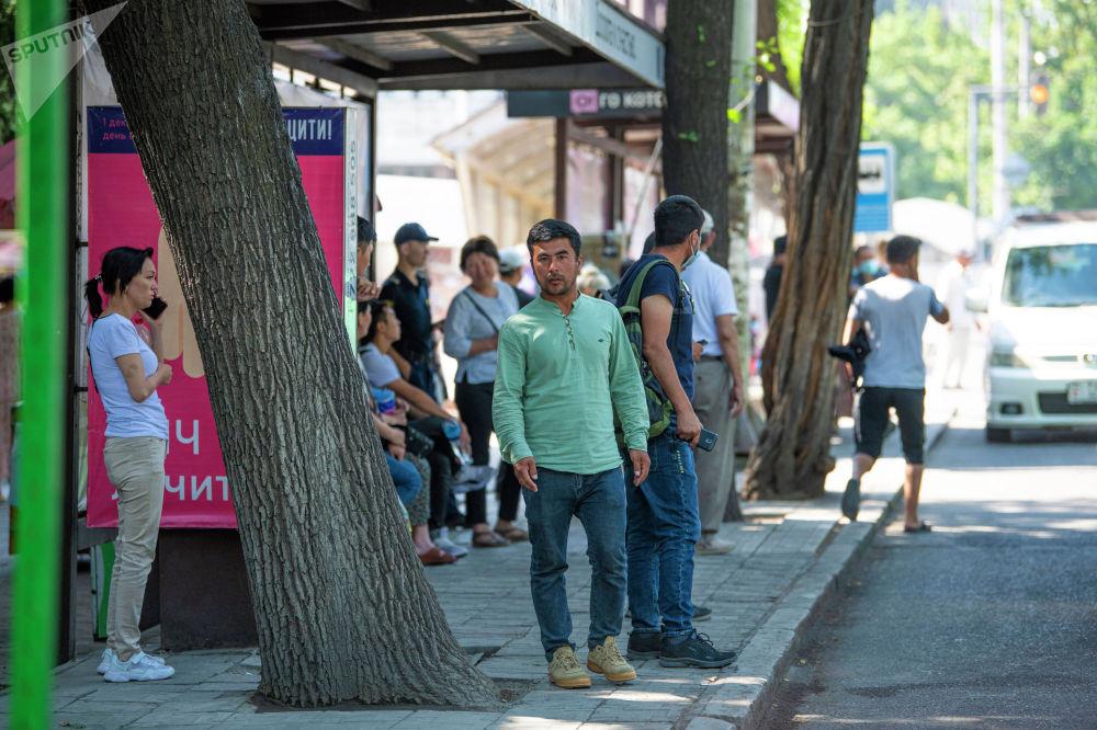Жители Бишкека на одном из остановок Бишкека ждут общественный транспорт после того, как водители маршрутного такси устроили забастовку
