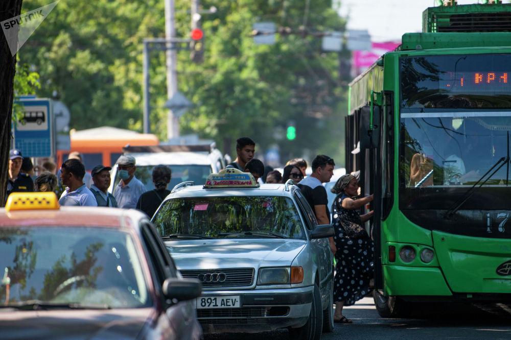 Жители Бишкека на одном из остановок садятся на троллейбус после того, как водители маршрутного такси устроили забастовку