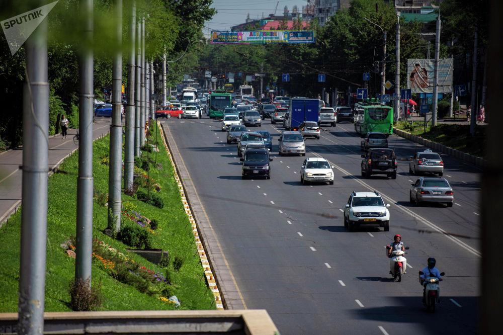 Вид на транспорт на улице Байтик-Баатыра после того, как водители маршрутного такси устроили забастовку