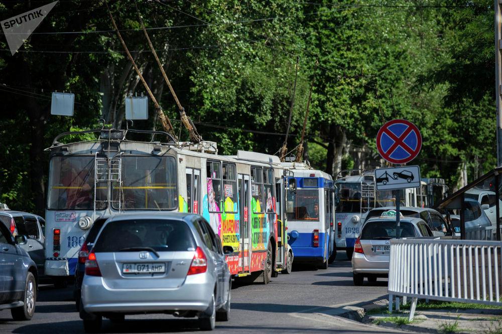 Затор из троллейбусов на одном из улиц Бишкека после того, как водители маршрутного такси устроили забастовку