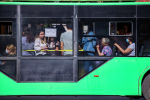 Полная пассажирами троллейбус едет на одном из улиц Бишкека после того, как водители маршрутного такси устроили забастовку