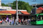 Жители Бишкека в ожидании общественного транспорта на одном из остановок Бишкека. Водители маршрутного такси устроили забастовку