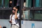 Девушка выходит из автобуса на одном из остановок Бишкека после того, как водители маршрутного такси устроили забастовку