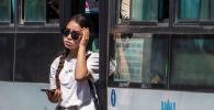 Бишкектеги аялдамадан кыз автобустан түшүп жатат