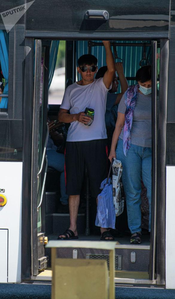 Мужчина в заполенном пассажирами автобусе после того, как водители маршрутного такси устроили забастовку в Бишкеке