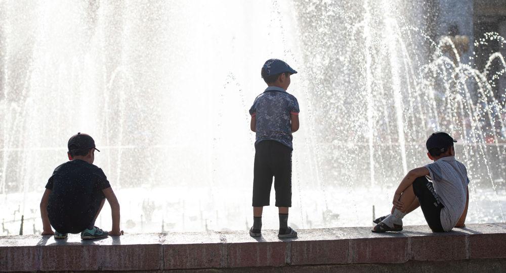 Ала-Тоо аянтындагы фонтандын жанында жүргөн балдар. Архив